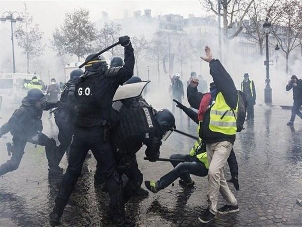 «جلیقه زردها» فرانسه را فلج کردند/ آتش، خون و دود نمادی واضح از ادعای حقوق بشر در فرانسه